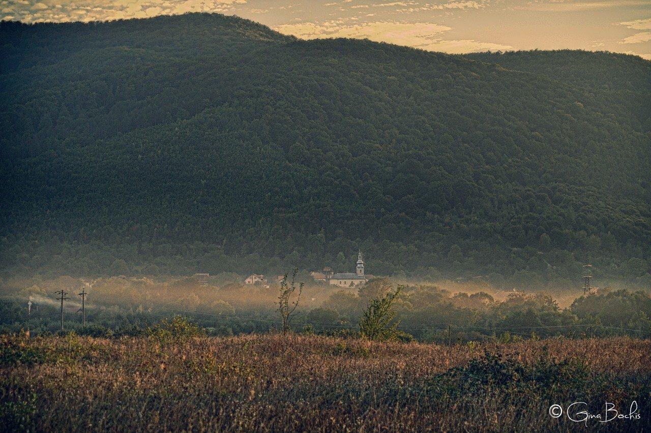 Satul Șuștiu vătuit in ceata