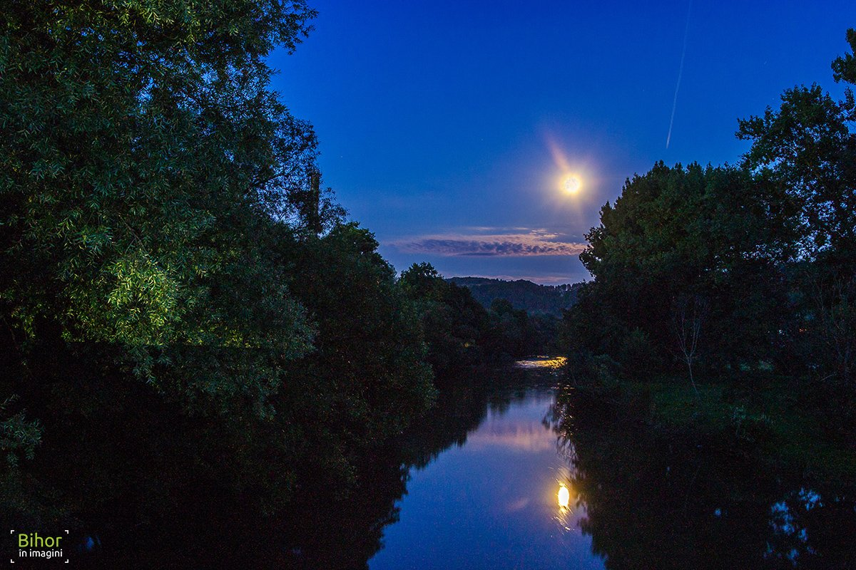 Full moon above Crișul Repede rivere