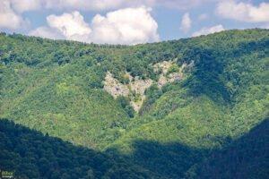 Vedere de pe traseu din Muntii Padurea Craiului