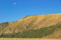 The moon above Cârligate ridge