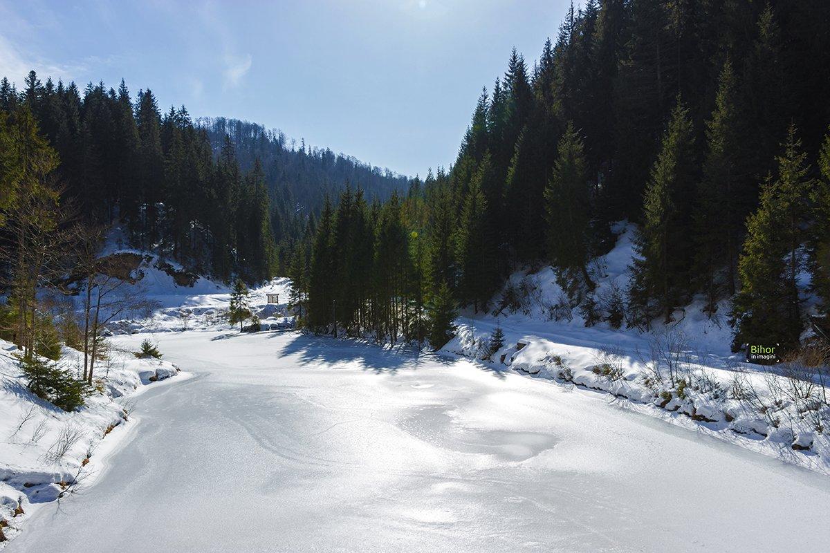 Barajul de acumulare pe Valea Iadului