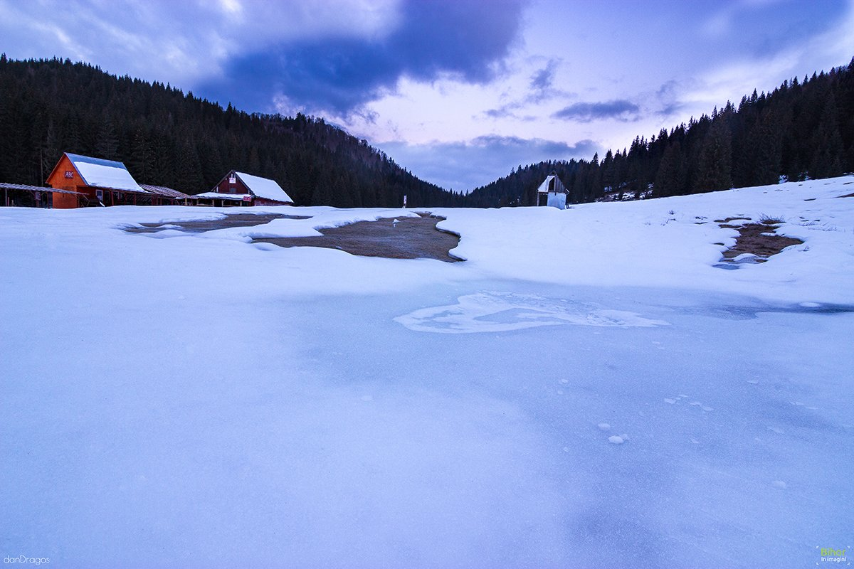 Frosty winter morning in Glăvoi camping